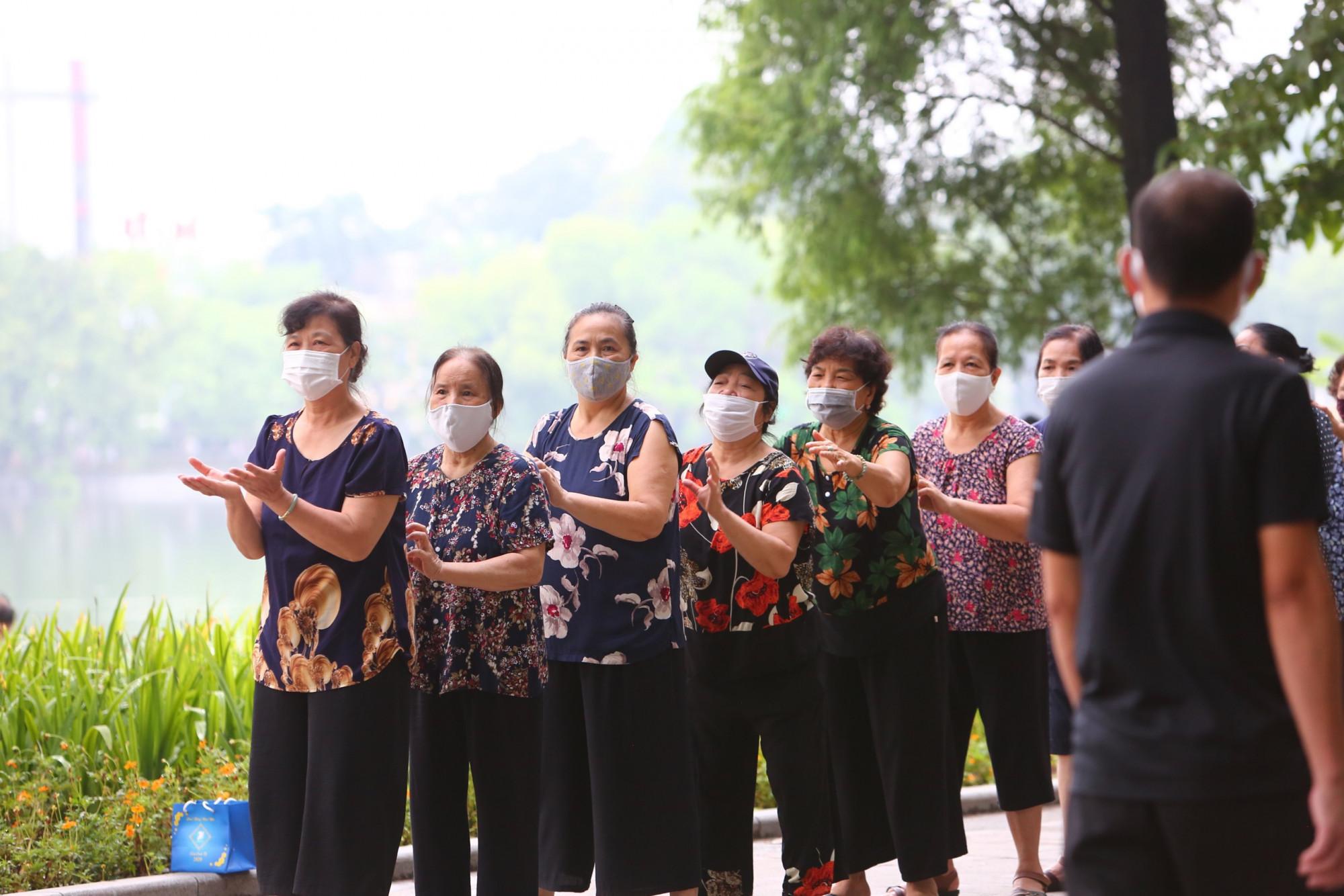 Tuy nhiên, UBND TP Hà Nội cũng lưu ý người dân tiếp tục thực hiện nghiêm công tác phòng chống dịch. Đặc biệt không tụ tập quá 20 người trong 1 khu vực.