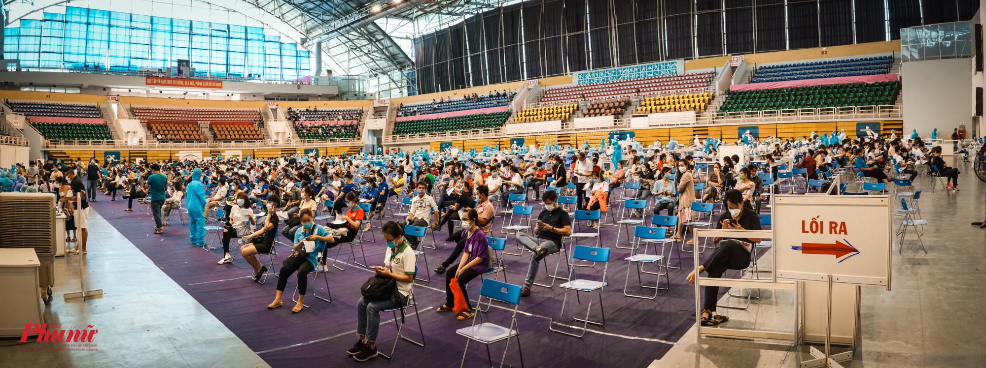 Toàn cảnh khu vực tiêm vacin COVID-19 tại nhà thi đấu Phú Thọ