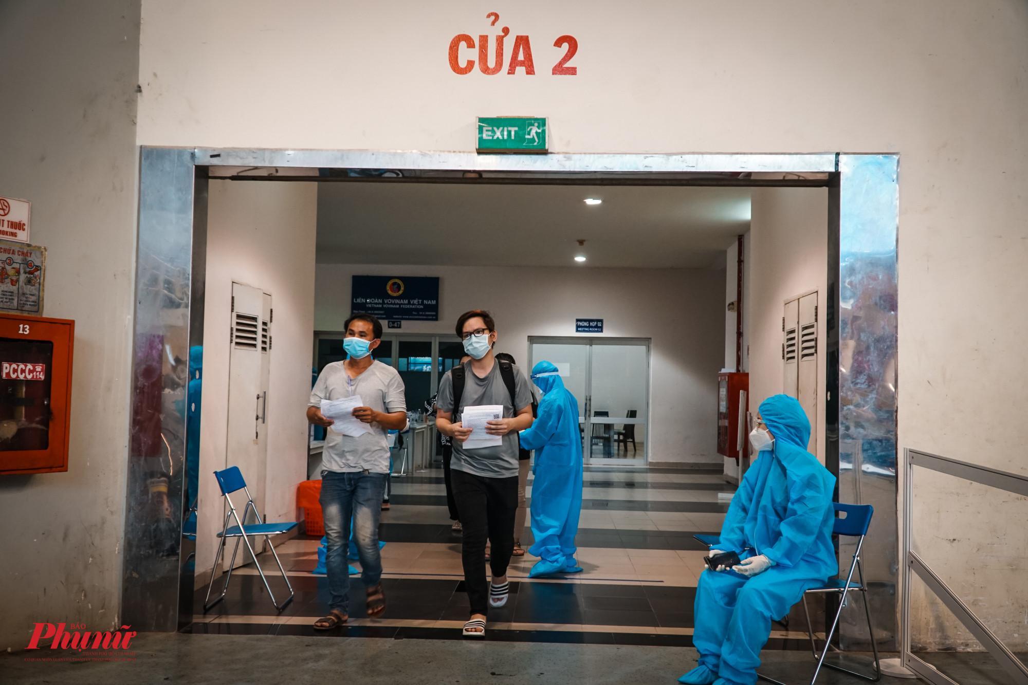 Nhà thi đấu Phú Thọ chia 3 cổng để vào khu vực tiêm, tránh hiện tượng tập trung đông như 2 ngày vừa qua