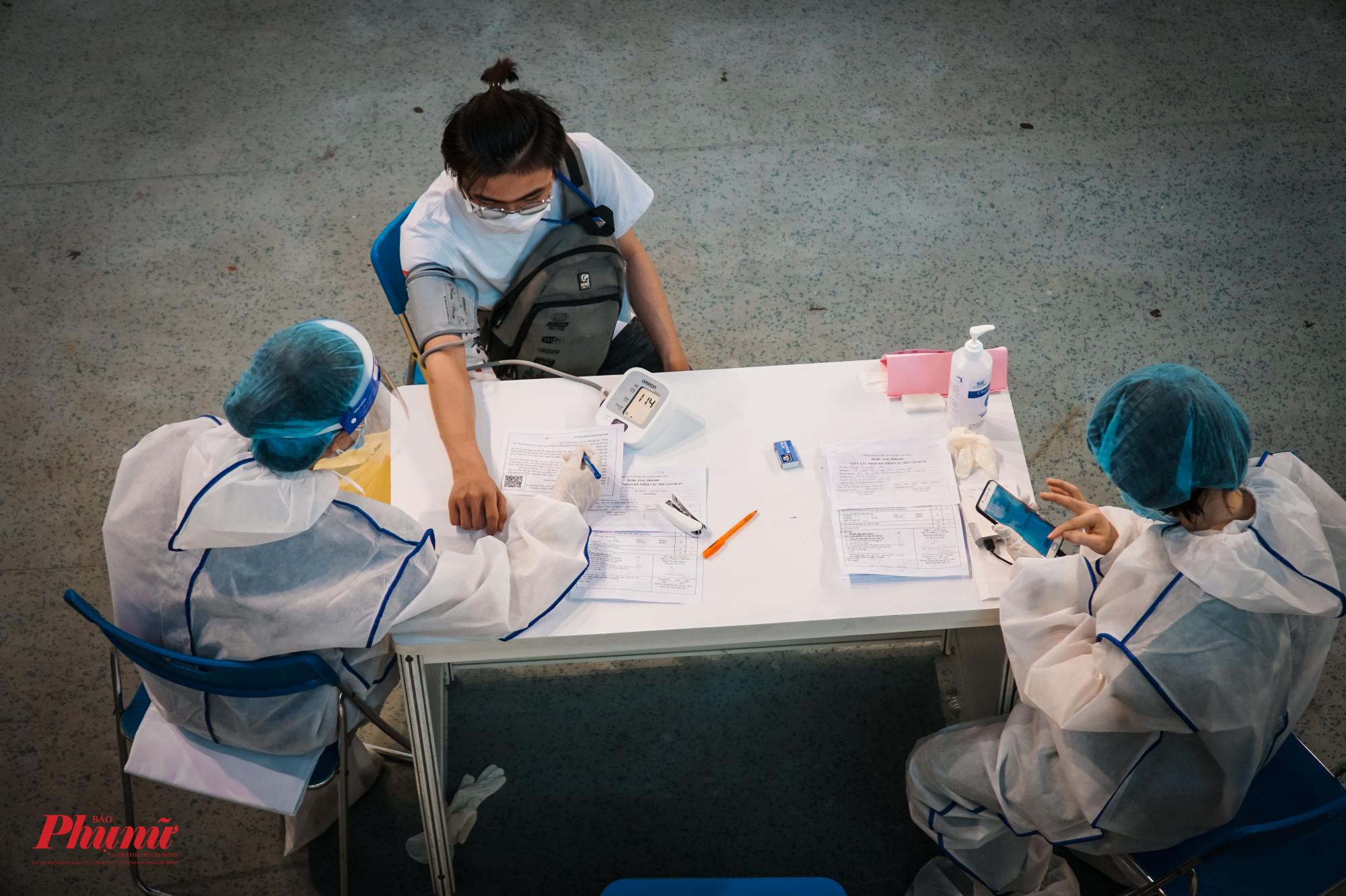 Nhiều người lao động có huyết áp cao, được đưa ra khu vực theo dõi và kiểm tra lại sau đó