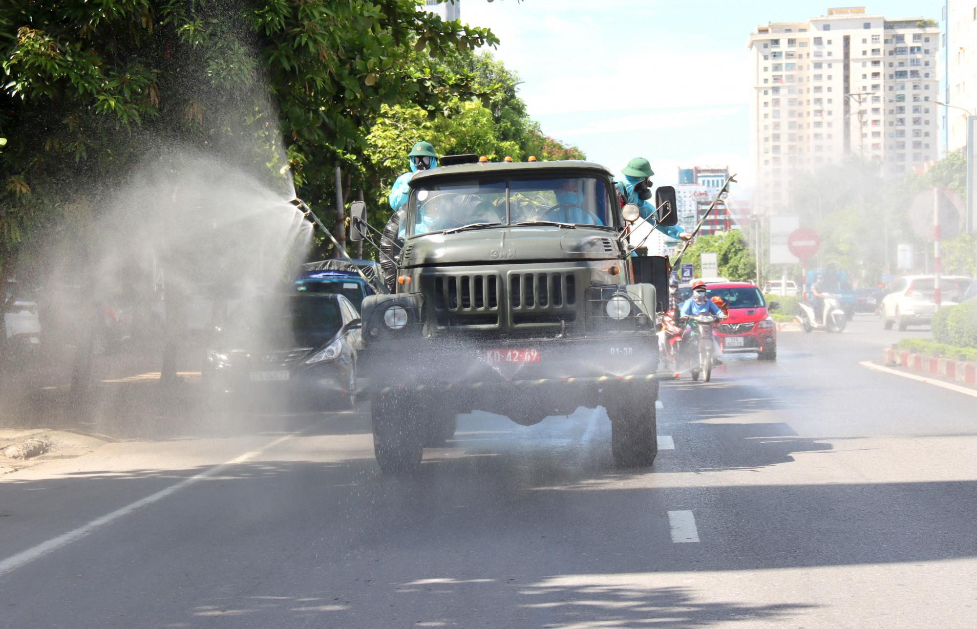 Quân đội phun hóa chất khử khuẩn các ngả đường TP.Vinh