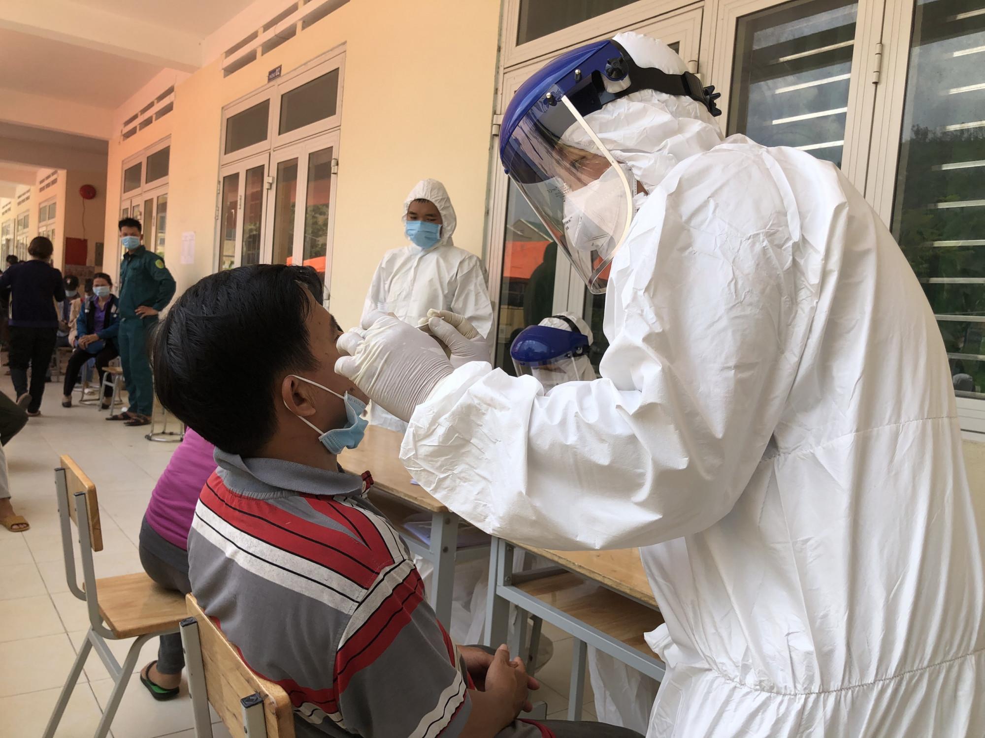 Lực lượng chức năng lấy mẫu xét nghiệm những người liên quan ca bệnh 14442