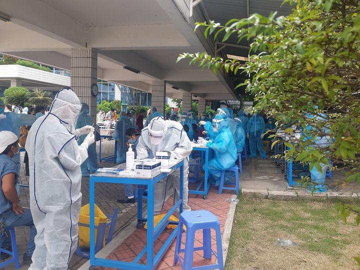 Nhân viên y tế chuẩn bị tiêm vắc xin cho người dân