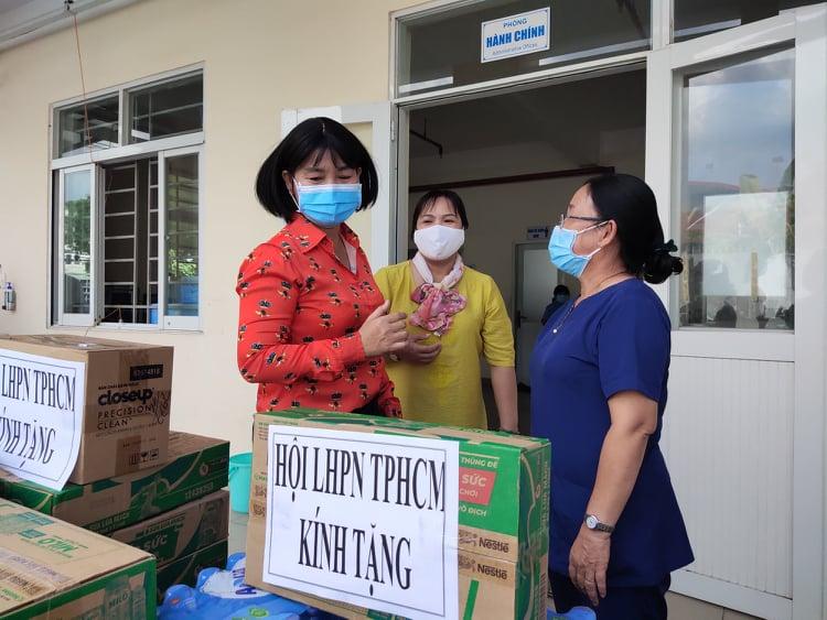 Bà Trần Thị Phương Hoa cho biết món quà là sự sẻ chia của các cấp Hội đến lực lượng y tế đang vất vả thực hiện nhiệm vụ tại các khu cách ly