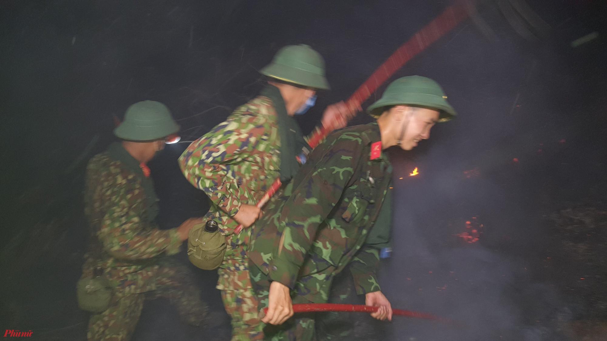 Bộ đội xuyên dập lửa cứu rừng thông 30 năm tuổi