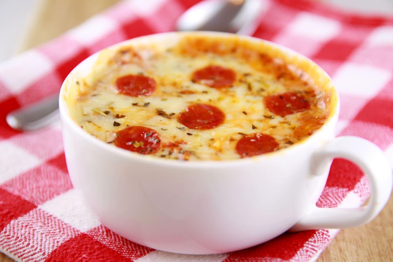 Pizza trong li: Cho bột bánh pizza vào li, lần lượt cho topping và sốt vào, đặt li vào lò vi sóng hay NCKD là bạn đã có pizza li hoàn hảo.