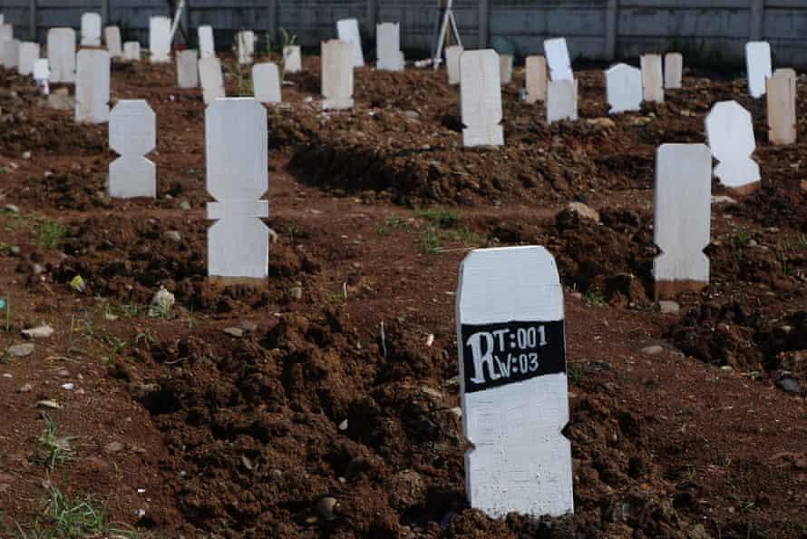 Mỗi ngày có hàng trăm nạn nhân của COVID-19 được chôn ở nghĩa trang Ro