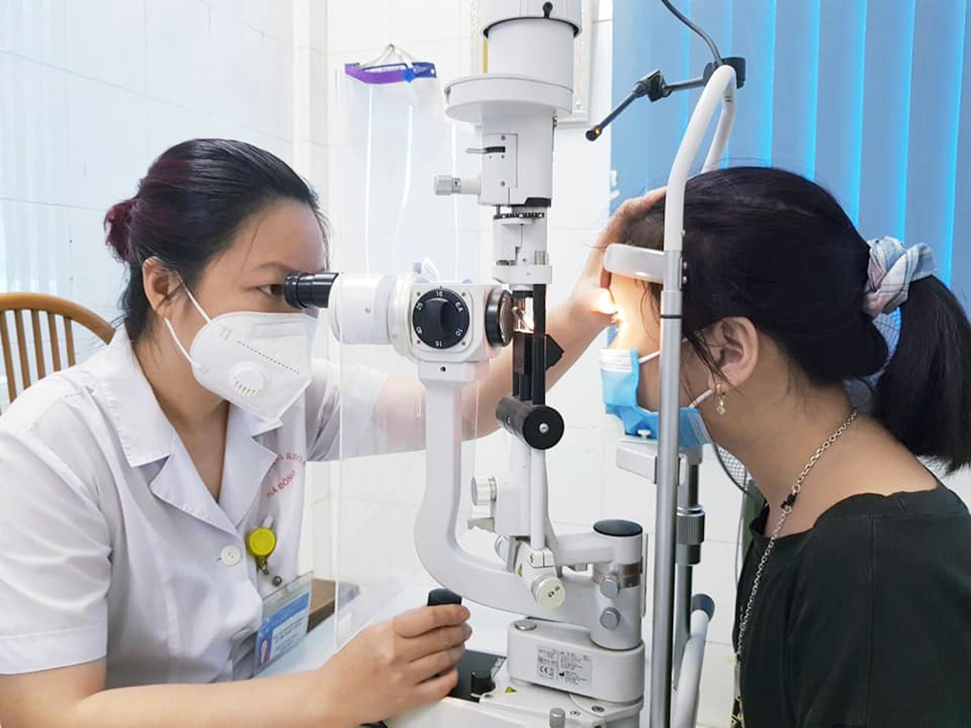 Các bác sĩ cảnh báo nguy cơ tăng số, cận thị trong mùa COVID-19 vì trẻ ở nhà và sử dụng nhiều thiết bị điện tử