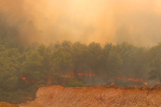Trước diễn biến phức tạp của 4 vụ cháy rừng diễn ra gần như đồng loạt trên địa bàn TX. Hương Thủy, lãnh đạo tỉnh đã lập sở chỉ huy tiền phương để chỉ đạo công tác ứng phó với hỏa hoạn. Tuy nhiên do khu vực dốc Xôi (P. Thủy Châu) gió đang thổi mạnh, lửa cũng đã lan sang rừng thông của Ban Quản lý rừng phòng hộ TX. Hương Thủy nên không thể dập lửa trực tiếp bằng sức người và các phương tiện cơ giới.