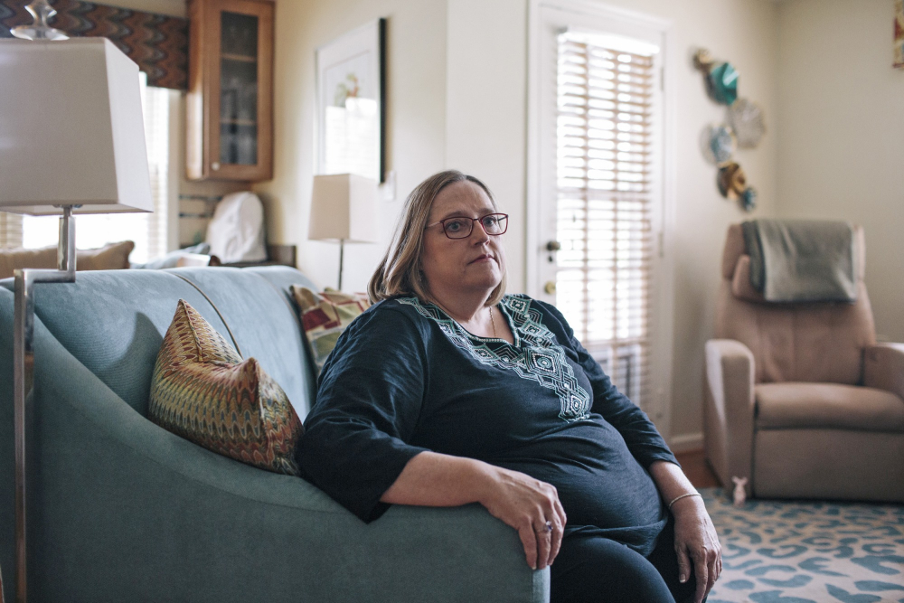 """Patty Nece bị chứng vẹo cột sống tiến triển, cô được bác sĩ xác nhận cơn đau gặp phải là """"đau do béo phì"""" - Ảnh: New York Times"""