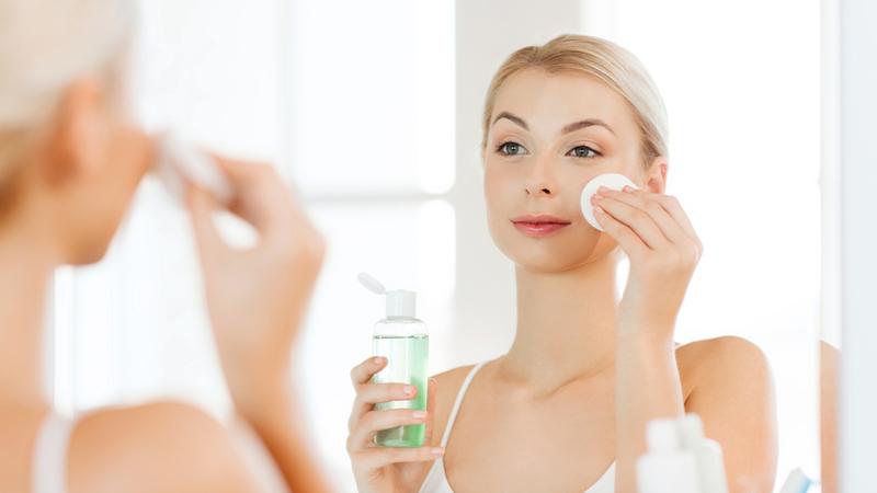 Làm sạch da: Mùa hè, da thường tiết nhiều dầu hơn, việc trang điểm quá nhiều sẽ khiến da nổi mụn. Để loại bỏ mụn thì bạn nên bắt đầu từ việc làm sạch da, từng bước từ tẩy trang đến rửa mặt. Cách làm sạch da tốt nhất giúp giảm mụn chính là cân bằng dầu và nước. Mọi làn da đều cần được cân bằng độ ẩm, trong khi đó nước có tác dụng cung cấp độ ẩm cho da còn dầu sẽ giúp da giữ được lượng độ ẩm không để chúng bốc hơi, từ đó làn da duy trì được độ ẩm cần thiết.