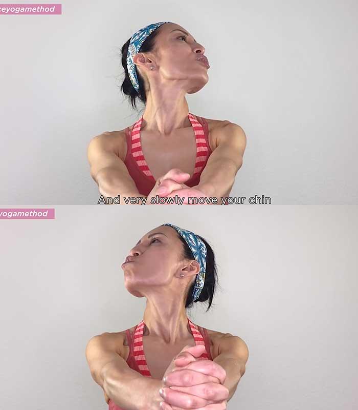 5. Bài tập Căng cổ: Nếu bạn ngồi tại bàn làm việc cả ngày, cúi xuống máy tính để bàn hoặc máy tính xách tay, tư thế yoga mặt này giúp giải phóng căng thẳng cổ và lưng trên.  Nắm chặt tay và duỗi thẳng cánh tay ra trước khi bạn cảm thấy phần lưng trên được duỗi ra rộng rãi. Sau đó, cuộn đầu của bạn từ từ và hướng lên trên một góc 45 độ để đối mặt với trần nhà, và mím môi để cảm nhận sự căng đầy trên khuôn mặt và một bên cổ của bạn. Lặp lại điều này ở phía bên kia.