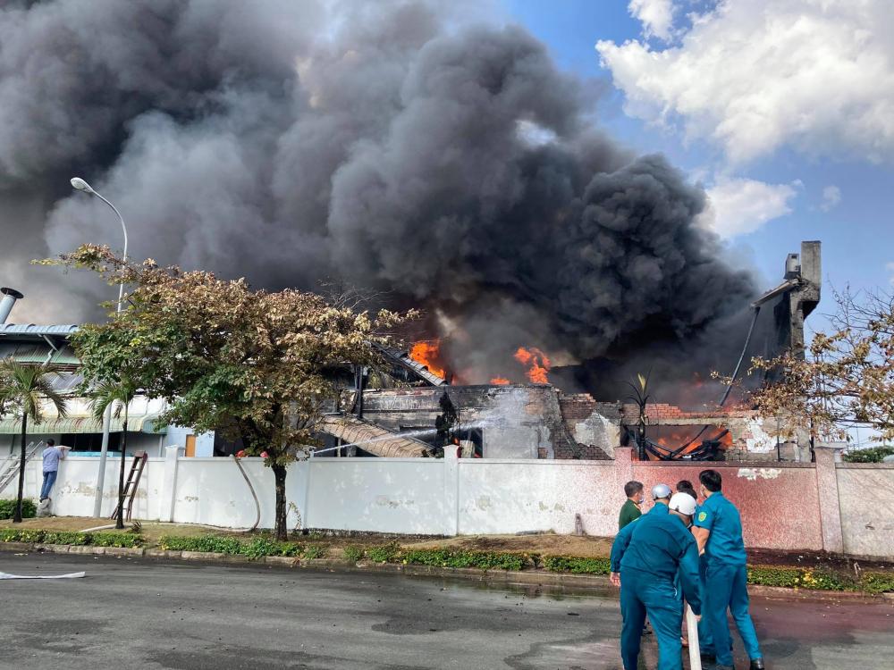 Lực lượng chức năng khó khăn khống chế đám cháy