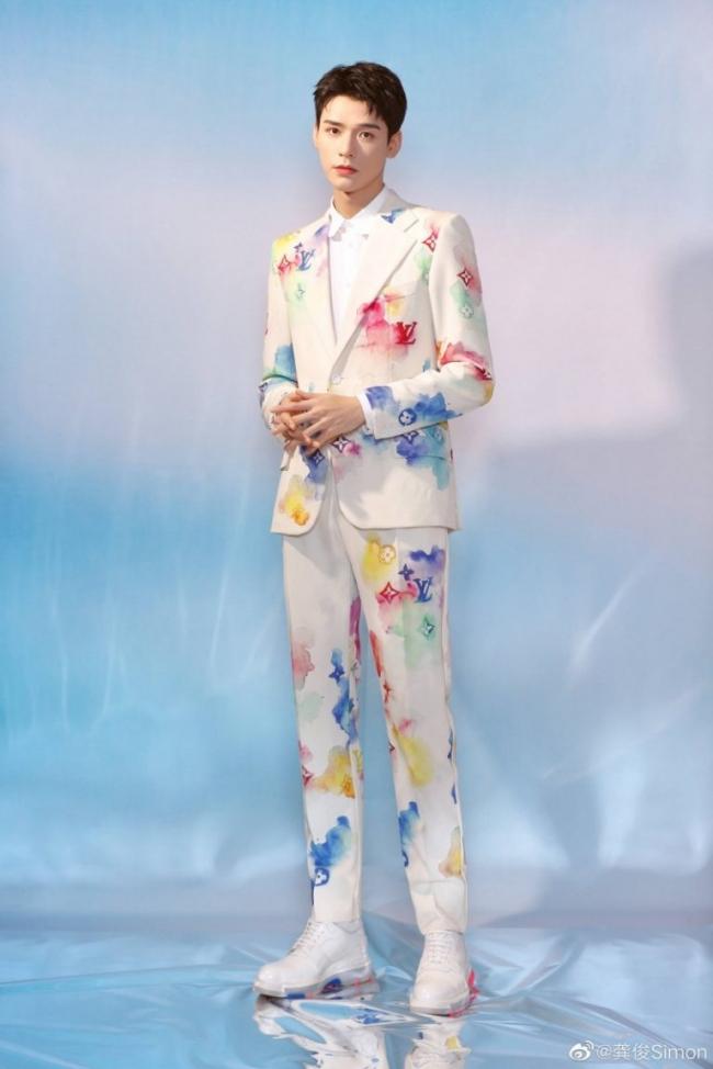 """Ngôi sao """"Sơn Hà Lệnh"""" khoe sắc vóc cân đối trong trang phục của Louis Vuitton."""