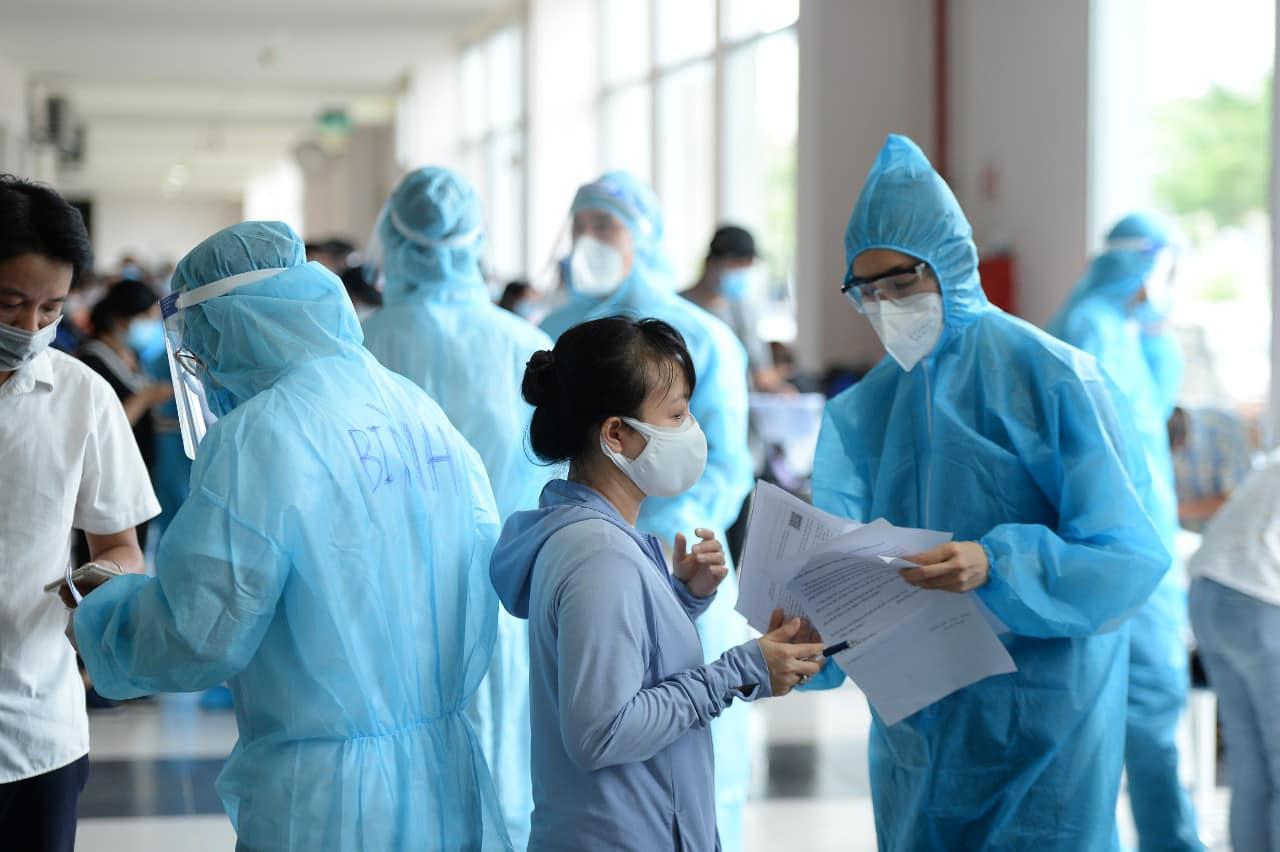 Tính đến hôm 26/6, Á hậu Hoàng My đã có 7 ngày làm tình nguyện viên hỗ trợ công tác phòng, chống dịch COVID-19. Từ 13-16g, chị hỗ trợ người dân trong việc khai báo thông tin, chuẩn bị tiêm vắc-xin, sau đó từ 16g-22g30 hỗ trợ việc lấy mẫu xét nghiệm cho một số điểm nóng về dịch bệnh.