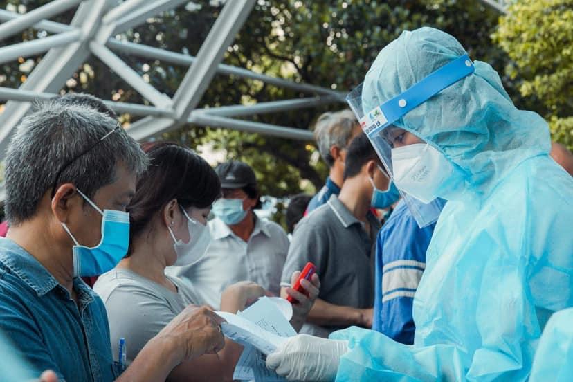 Á hậu Mâu Thuỷ vừa làm tình nguyện viên ở khu vực tiêm vắc-xin, vừa giúp công tác lấy mẫu xét nghiệm tại quận Bình Tân trong nhiều ngày qua.