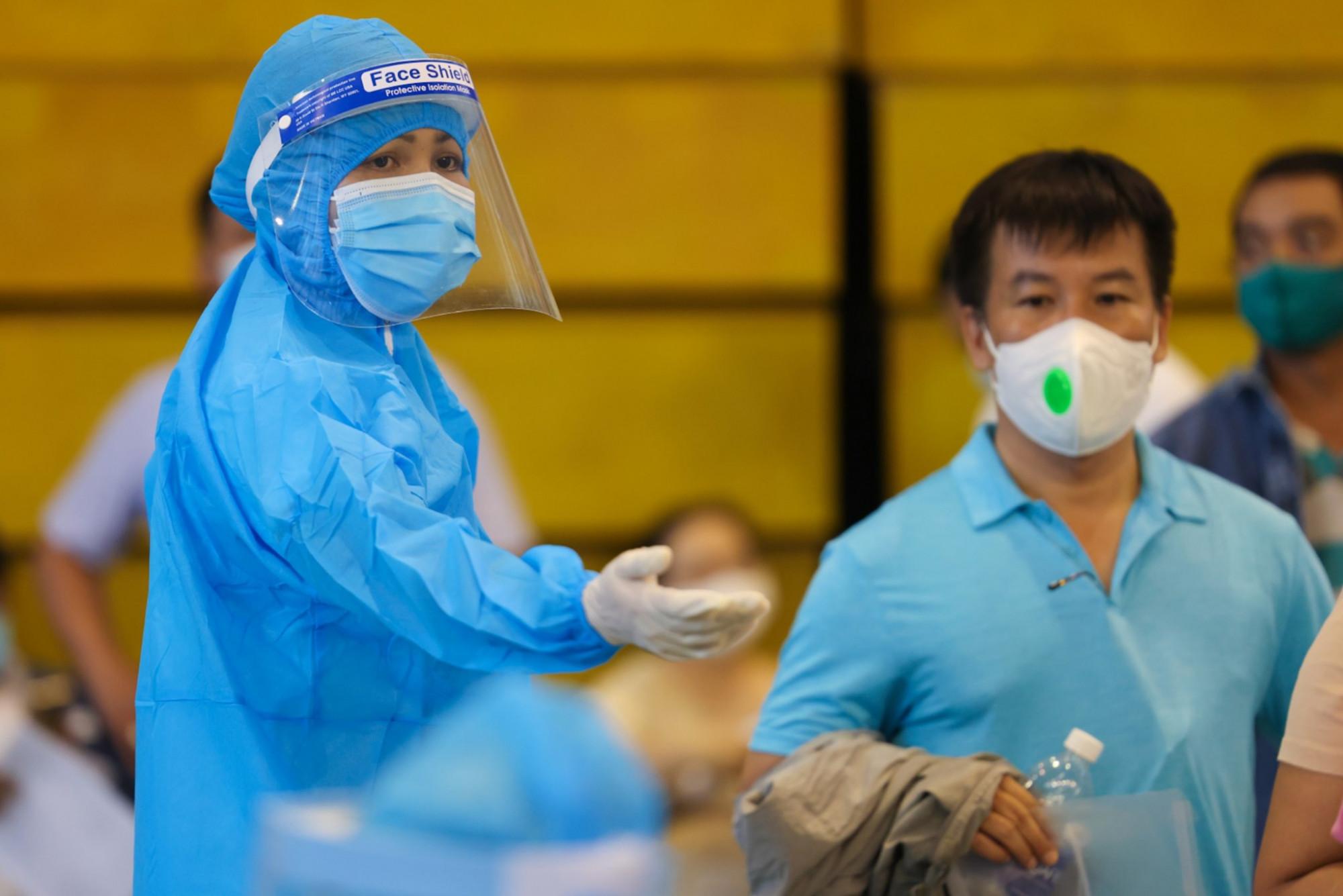Hoa hậu Hoàn vũ Việt Nam 2017 H'Hen Niê hướng dẫn người dân khi đến tiêm vắc-xin tại nhà thi đấu Phú Thọ. Trước đó, cô cũng cùng một số nghệ sĩ đến dọn dẹp ký túc xá, thăm hỏi tuyến đầu chống dịch tại ký túc xá ĐHQG TPHCM (TP Thủ Đức).