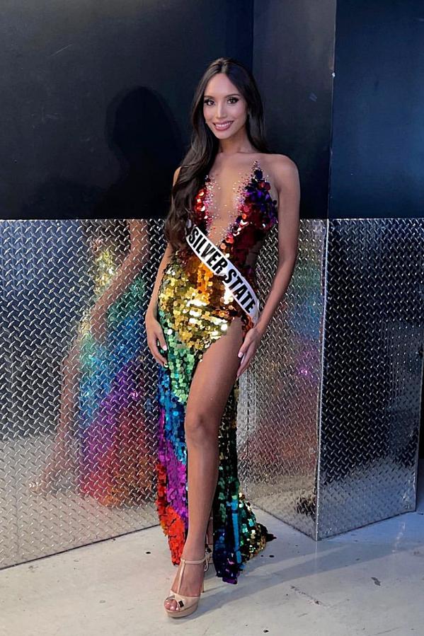 Trong đêm chung kết, cô diện váy ánh kim nổi bật với màu cầu vồng lục sắc tượng trưng cho cộng đồng LGBT.