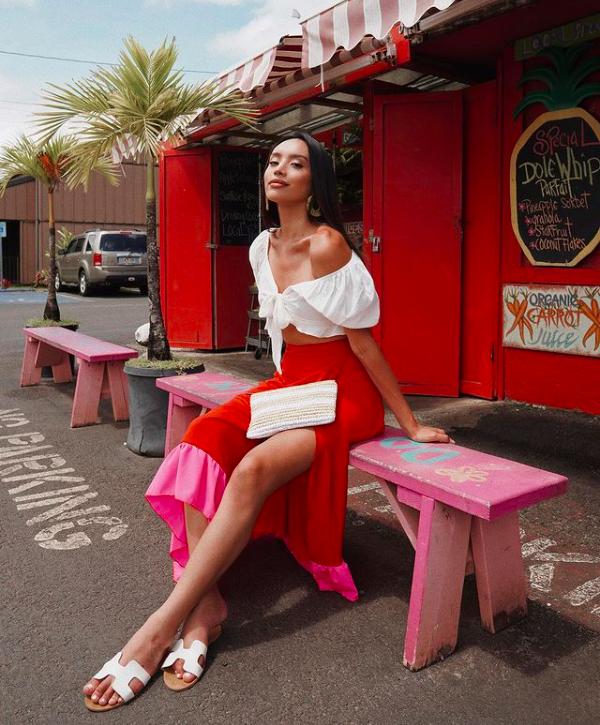 Nhờ có làn da bánh mật khoẻ khoắn, Kataluna Enriquez thường diện trang phục màu nổi.