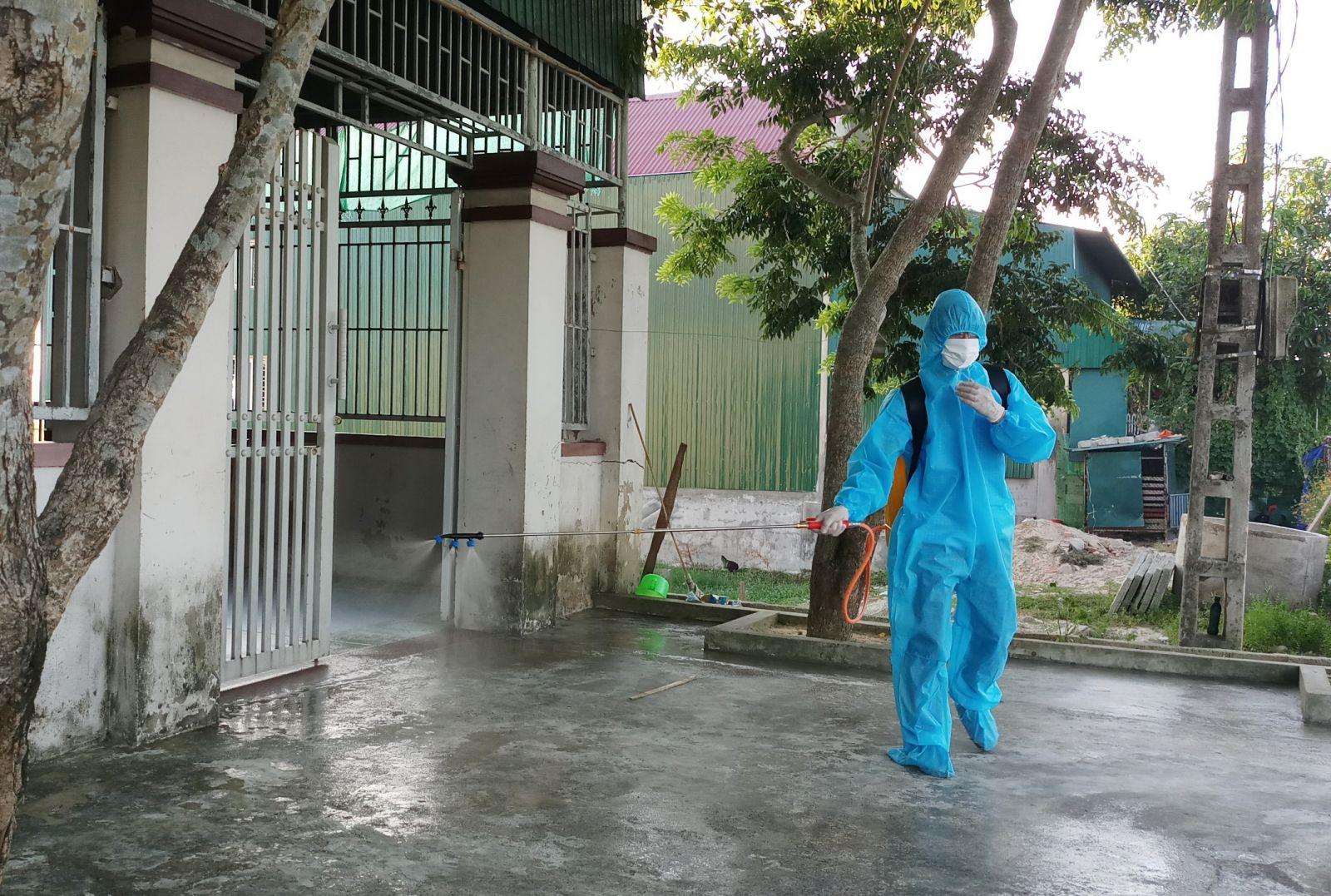 Phun khử khuẩn ở khu vực nhà bệnh nhân sinh sống