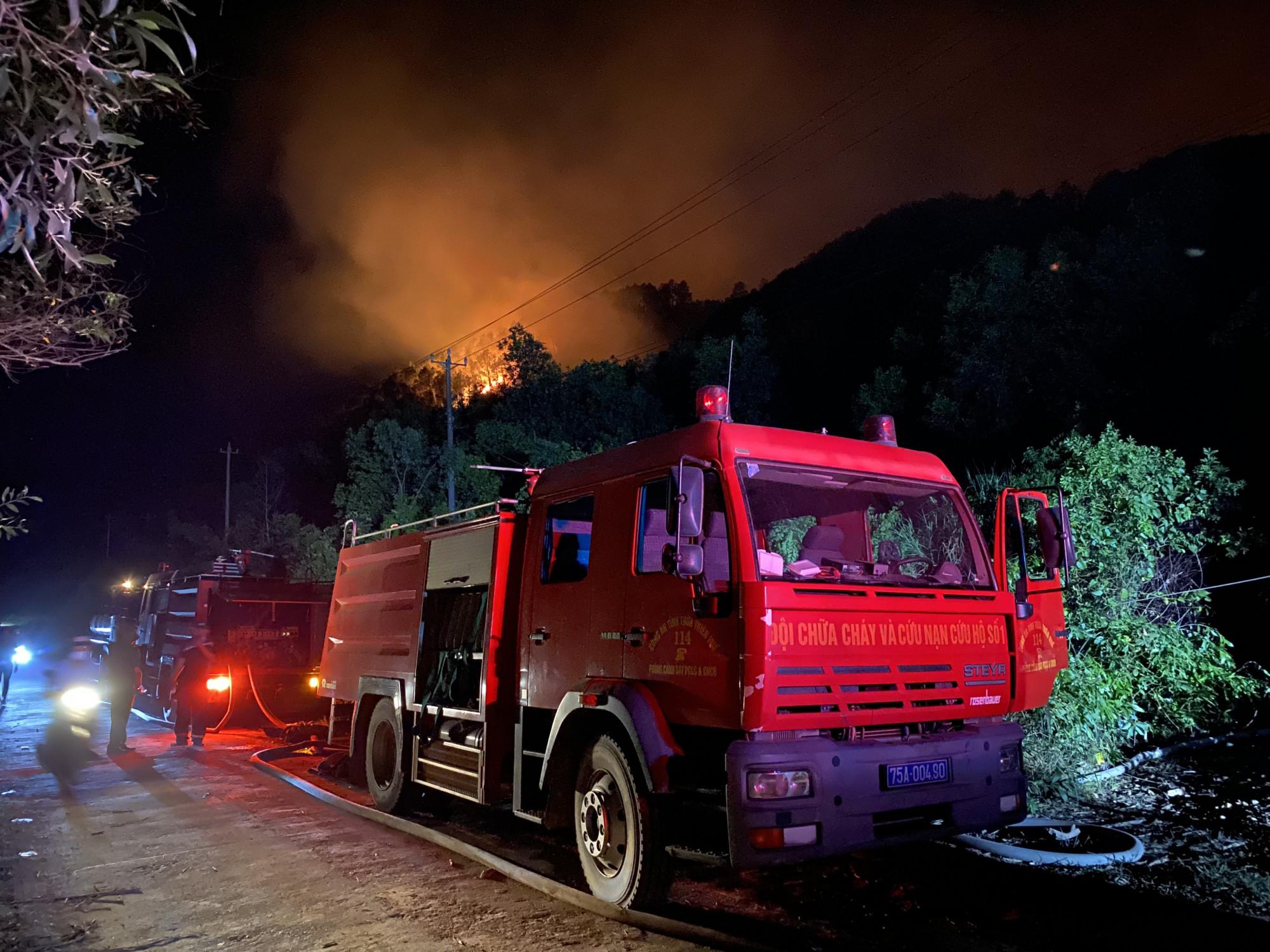 Ngay trong tối 28/6 hơn 10 xe cứu hỏa đã tiếp tục được chi viện đến hiện trường để cùng tham gia công tác chữa cháy