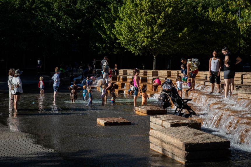 Các gia đình tụ tập tại công viên nước trong một đợt nắng nóng ở Portland, Oregon, vào ngày 26/6