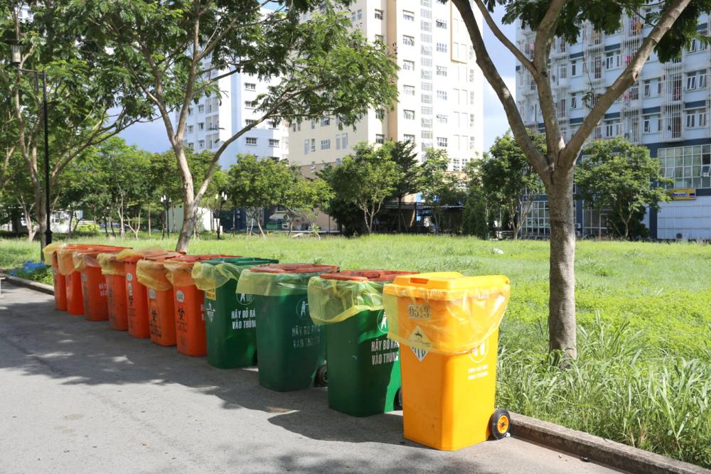 Rác được dọn sạch và thùng rác mới được thay thế