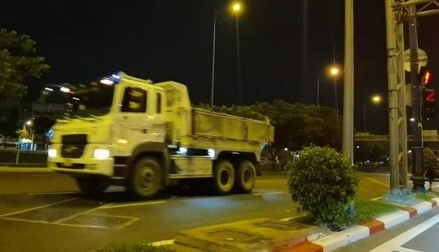Hình ảnh xe ben vượt đèn đỏ, phóng như bay trên đại lộ Võ Văn Kiệt.