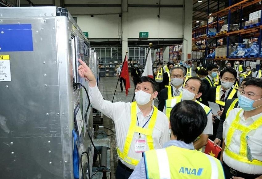 Bộ trưởng Nguyễn Thanh Long tiếp nhận vắc xin viện trợ của Nhật Bản ngày 16/6