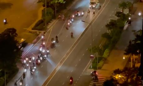 """Xe tải bấm còi nhiều xe ô tô di chuyển phải bấm còi nhưng không thể nào vượt qua được nhóm """"quái xế""""."""