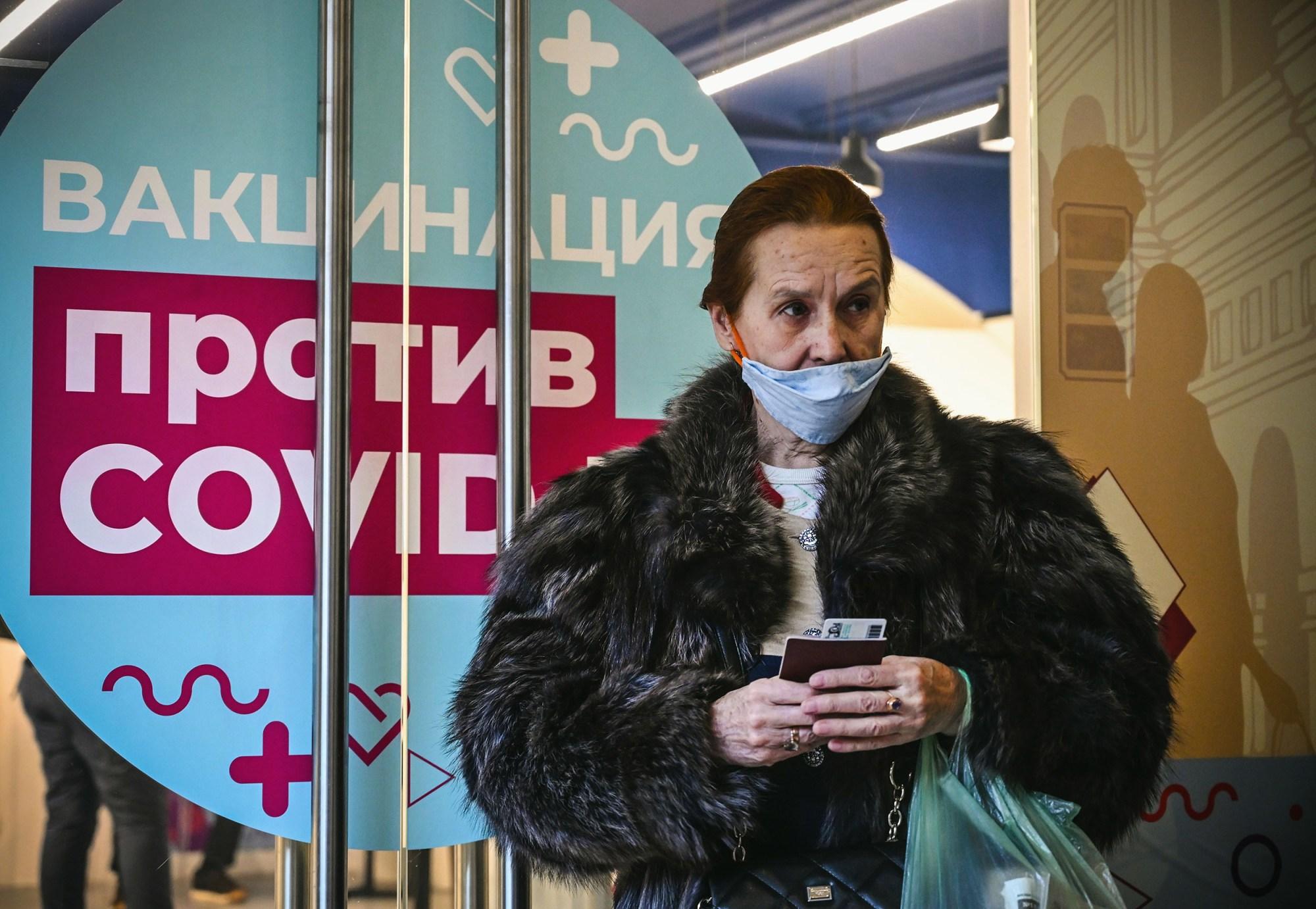Một người phụ nữ đến điểm tiêm chủng ở Moscow, Nga