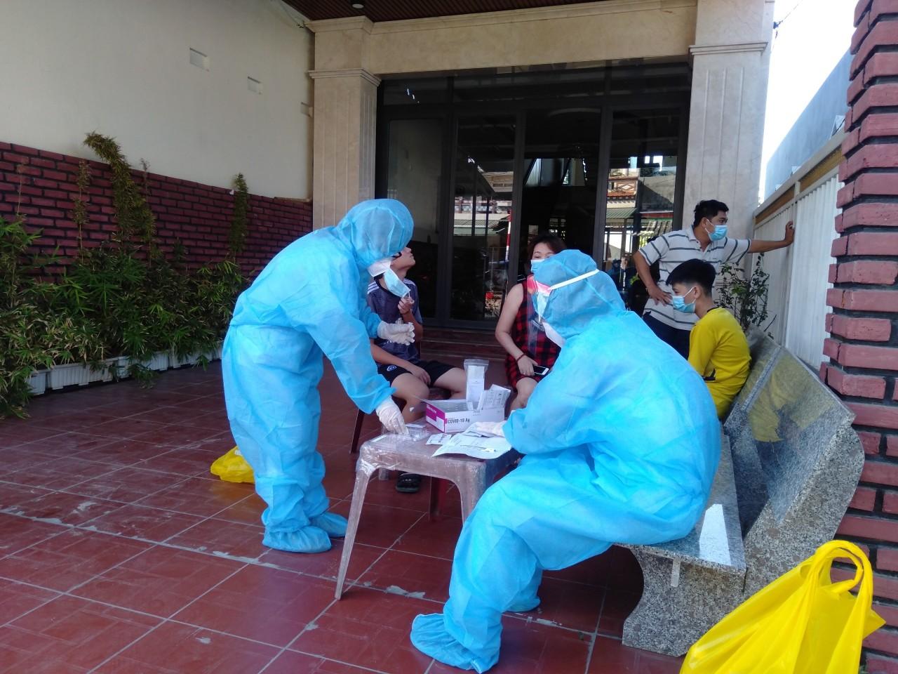 Hai vợ chồng ở Bình Định dương tính với SARS-CoV-2.