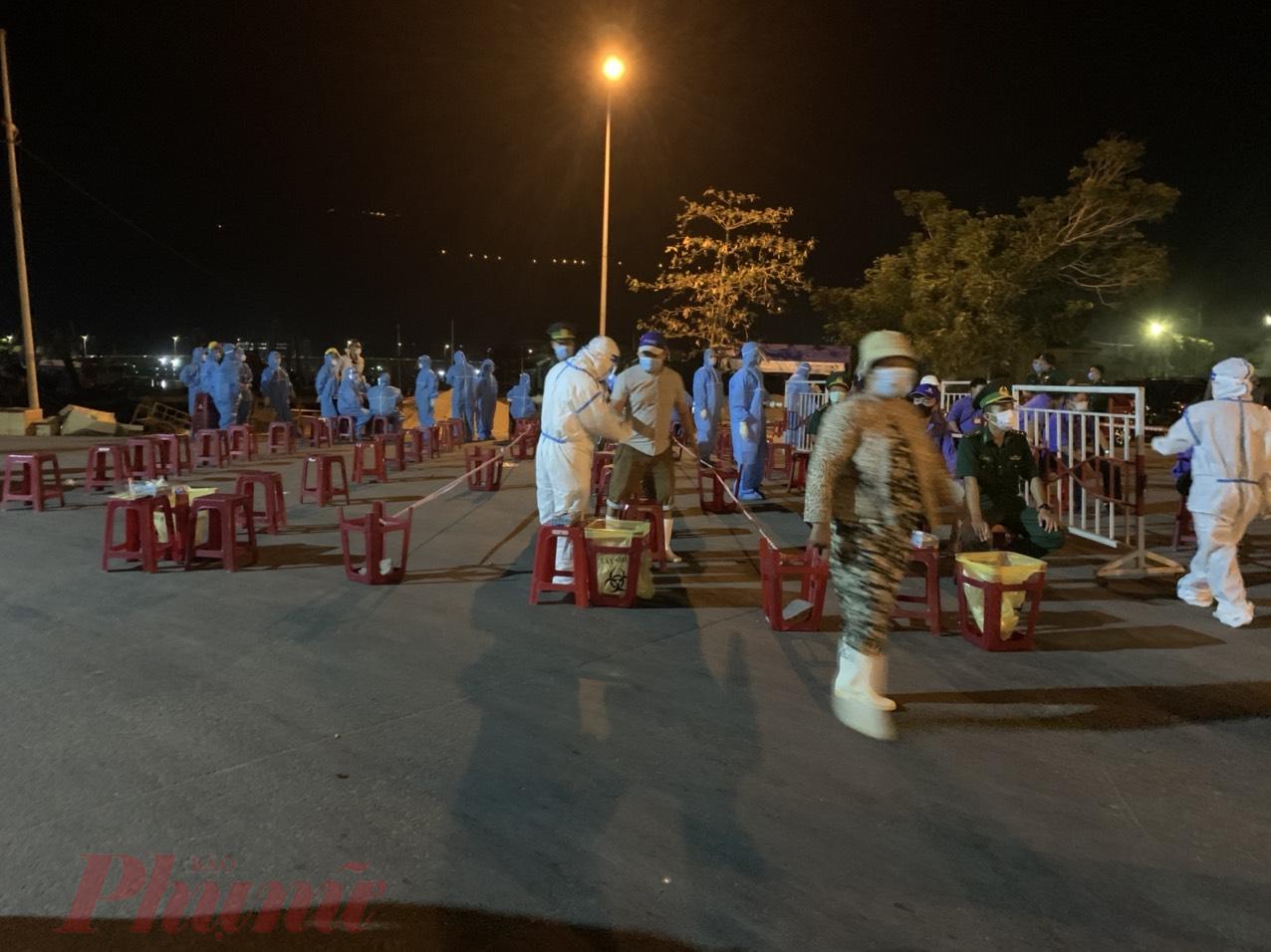 Ngành y tế Đà Nẵng xuyên đêm lấy mẫu tại cảng cá Thọ Quang