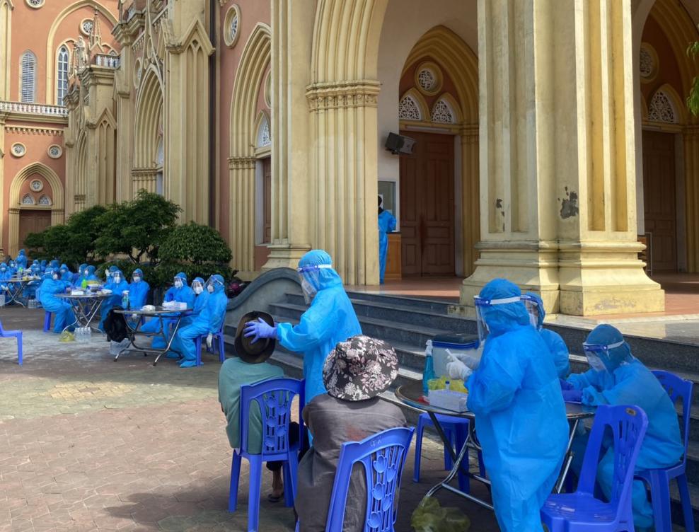 Lực lượng y tế được điều động về lấy mẫu xét nghiệm cho người dân ở khu vực phong tỏa xã Thạch Long