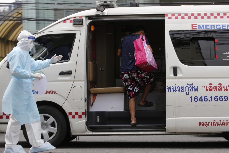 Một công nhân Thái Lan bị nhiễm COVID-19 và bị đánh dấu ở vùng đỏ được đưa đến bệnh viện khám