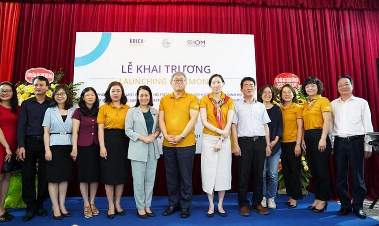 Đại diện Hội LHPN Việt Nam, Hội LHPN tỉnh Hải Dương, KOICA và IOM trong ngày khai trương