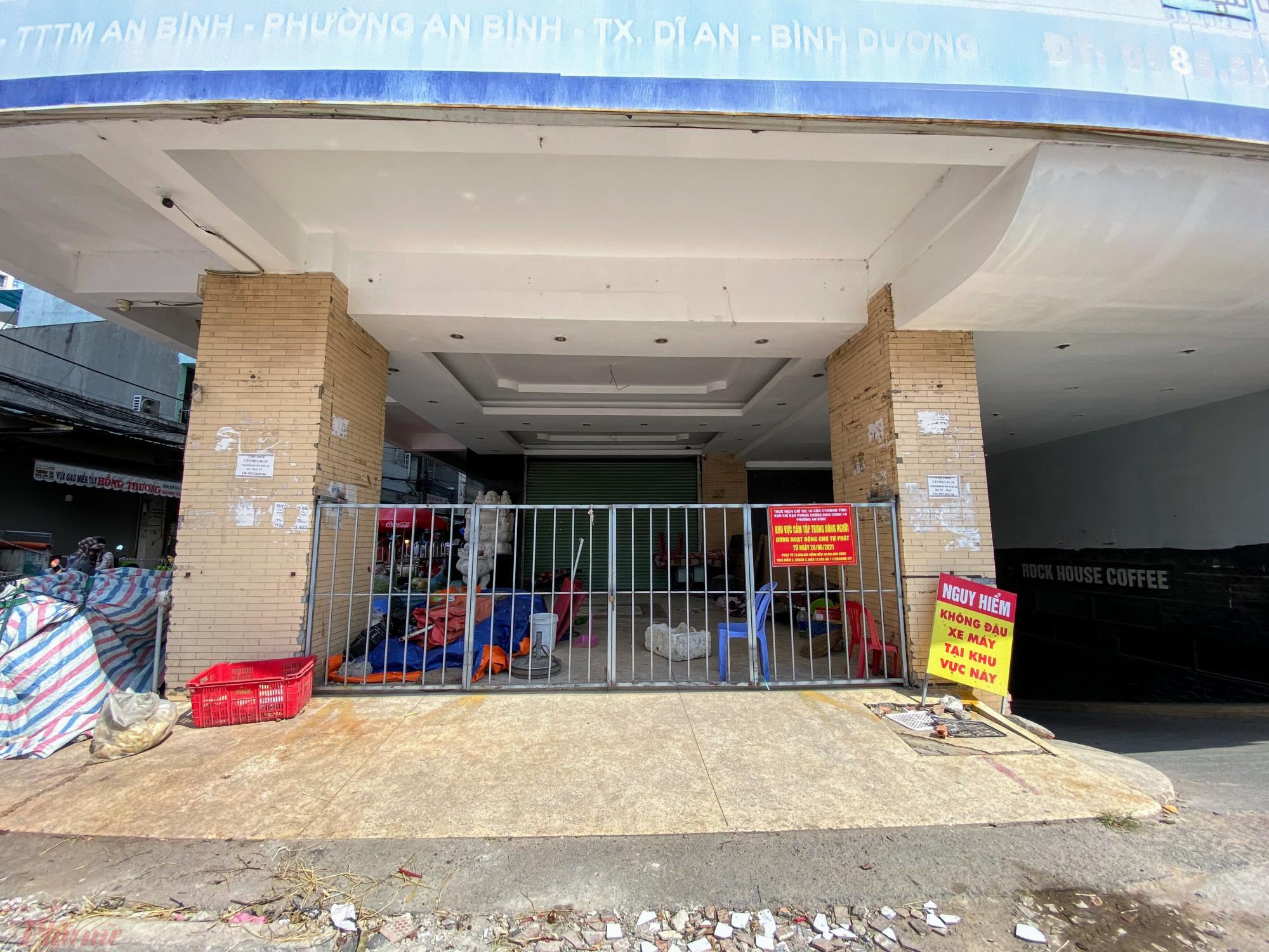 Phía trước chung cư, nhiều điểm bán hàng, cửa hàng không thiết yếu treo biển ngưng kinh doanh vì dịch.