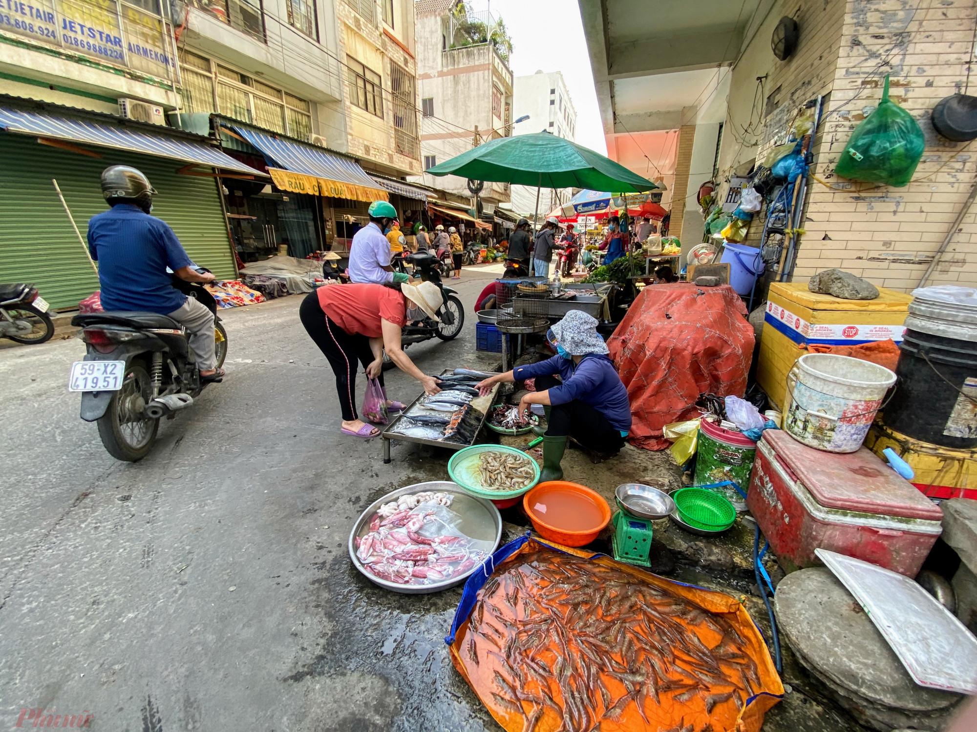 Từ đại lộ Phạm Văn Đồng (TP. Thủ Đức) chạy đến chợ An Bình (Dĩ An, Bình Dương) chưa quá 500m, người dân tại TPHCM dễ dàng đến chợ này để mau sắm,