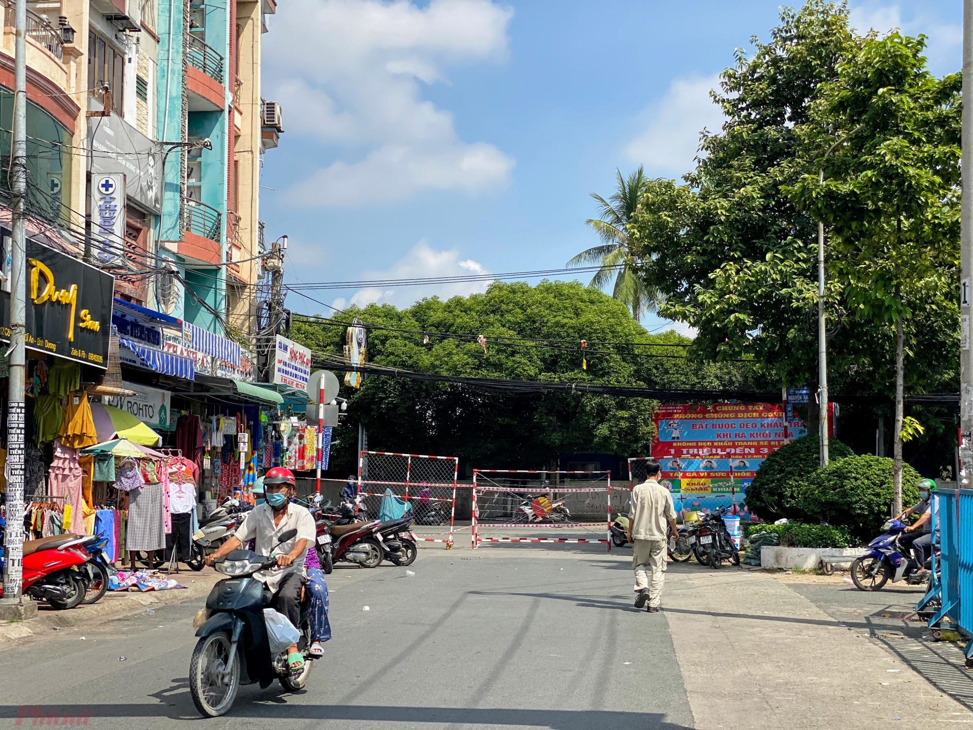 Cũng như các khu chợ khác, chợ này cũng lập các chốt chặng, chỉ cho khách vào một lối.