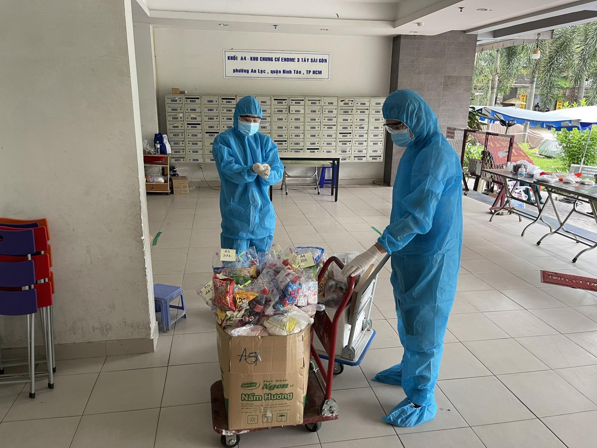 Cư dân ở chung cư Ehome 3 tự lập đội hỗ trợ vận chuyển hàng hóa giúp người dân trong vùng phong tỏa.