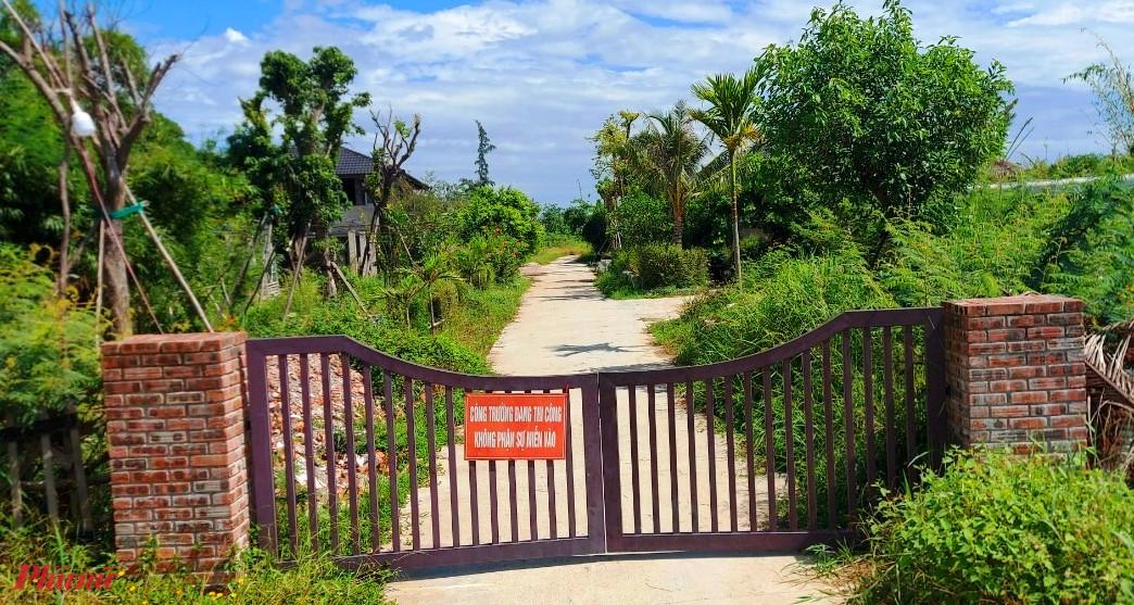 Lối dẫn vào Dự án HTX NN và DV sinh thái Go Green Farm luôn cửa đóng then cài