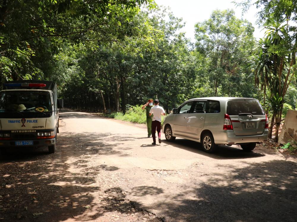 Nhiều tài xế băng qua đường nhánh từ Bình Dương để vào Bình Phước