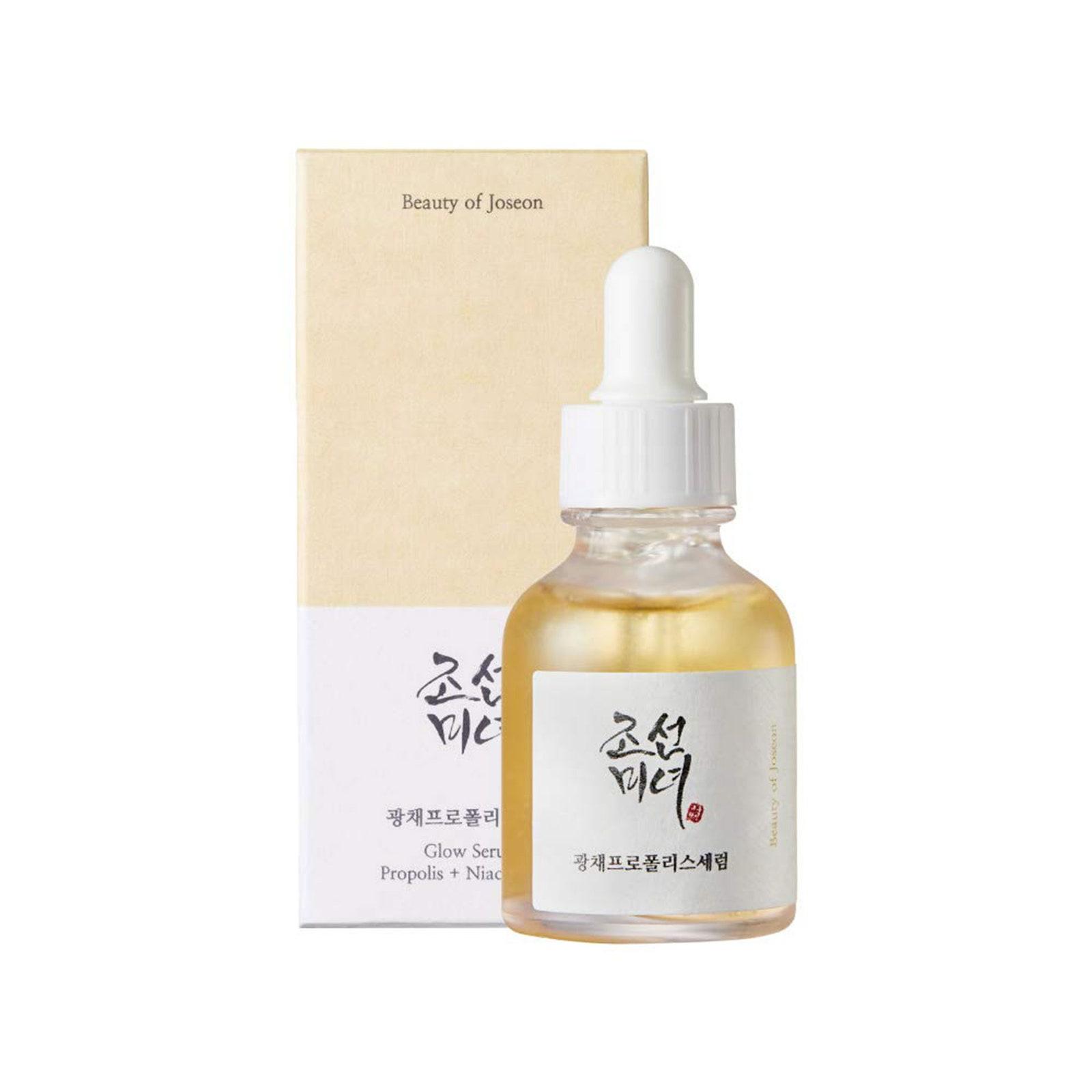 Serum Beauty of Joseon Glow (giá 390.000): Thành phần chính của loại serum này là chính là keo ong thành phần làm đẹp được yêu thích của K-beauty. Đối với những người không quen thuộc với nó, keo ong là một hỗn hợp giống như keo mà ong sản xuất bằng cách trộn các enzym của chính chúng từ nước bọt và sáp ong, và dịch tiết thực vật.