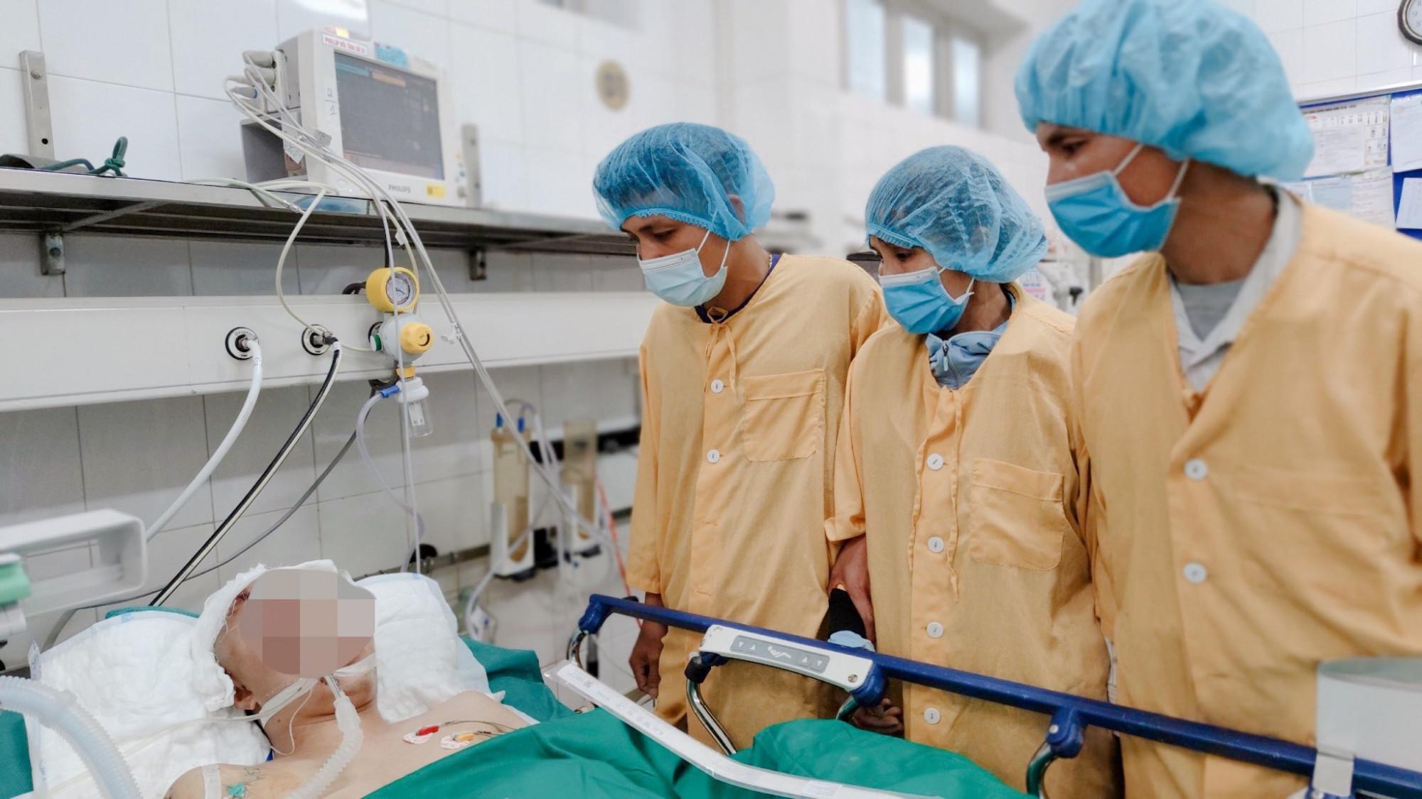 Bố mẹ và chú ruột luôn bên cạnh T. trong quá trình điều trị tại Bệnh viện Việt Đức.