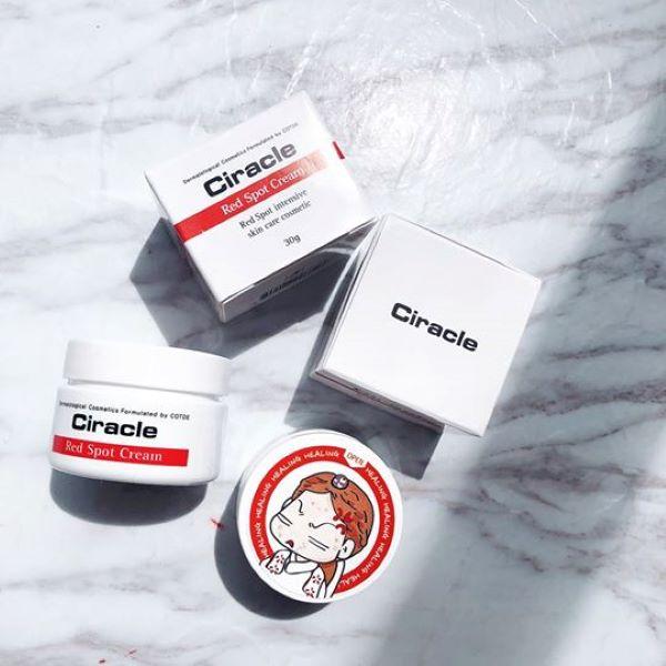Kem trị thâm mụn Ciracle Red Spot Cream (giá 270.000 đồng): làm giảm kích thước nốt mụn và khô mụn nhanh chóng. Nó giúp làm giảm tình trạng sưng đỏ, tấy của nốt mụn siêu cấp, thúc đẩy nhanh quá trình phục hồi cho da mụn. Sản phẩm còn cải thiện sẹo thâm, sẹo mụn và tình trạng yếu ớt của làn da.