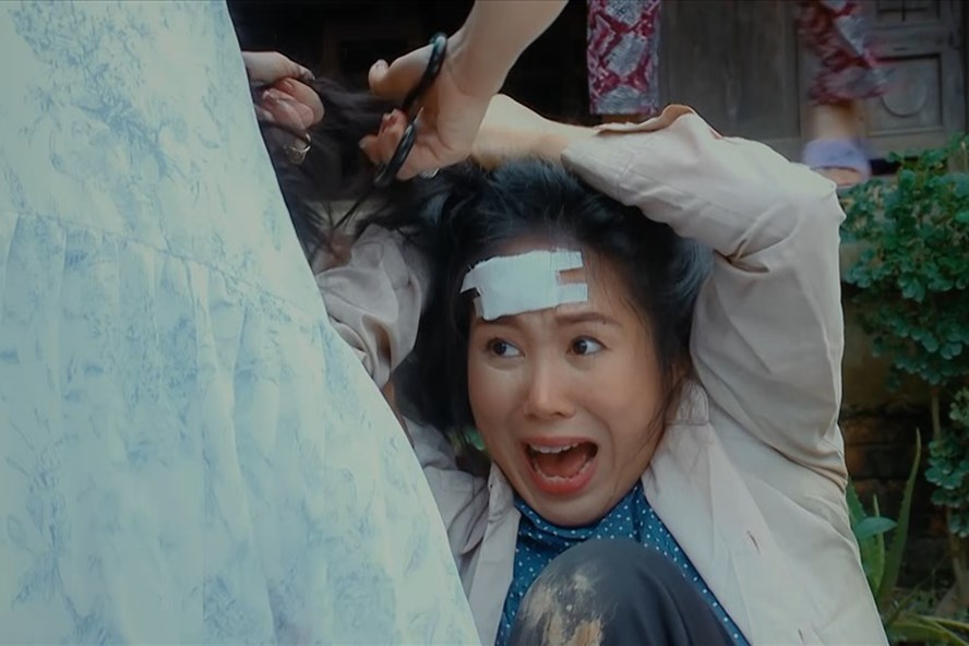 Phân cảnh Lê Phương bị đánh ghen trong Thương con cá rô đồng.
