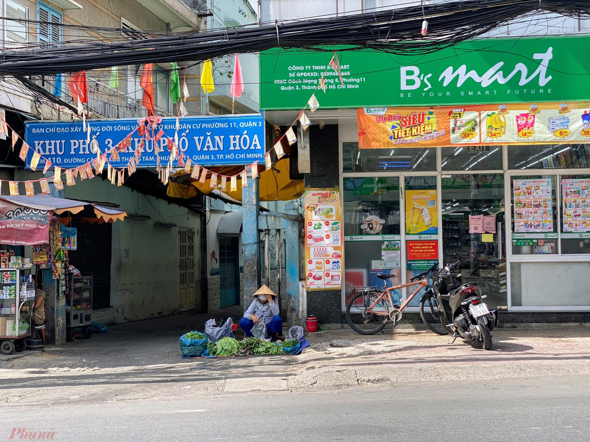 Một  điểm  bán  rau  xanh khác  đối  diện chợ Hoà Hưng.