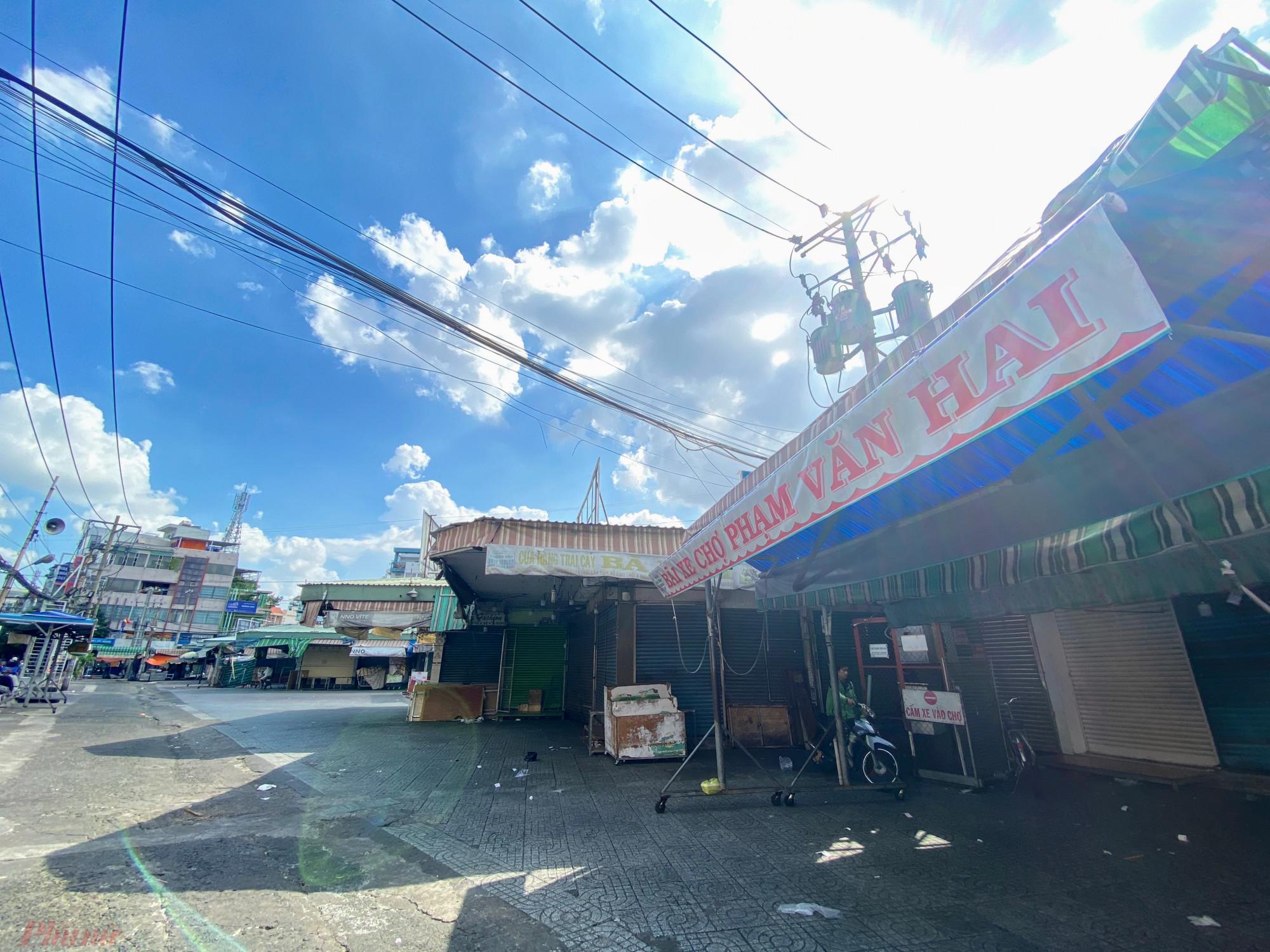Tương  tự, tại  khu  vực  chợ  Phạm Văn Hai  (quận  Tân  Bình), chợ  đặt  bản  tạm  ngưng kinh doanh với các sạp bên trong chợ, bên  hông  chợ  khu  vực  đường