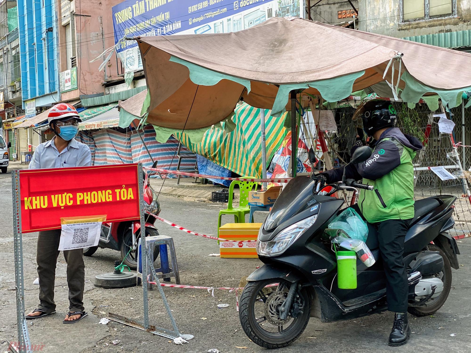 Người  dân ở trong khu vực phong toả vẫn được ra vào khi  cần  thiếtt, riêng  nhưng  người  giao  hàng, hoặc người  liên hệ sẽ  bị từ chối vào khu vực  phong toả cạnh  chợ Phạm Văn Hai.