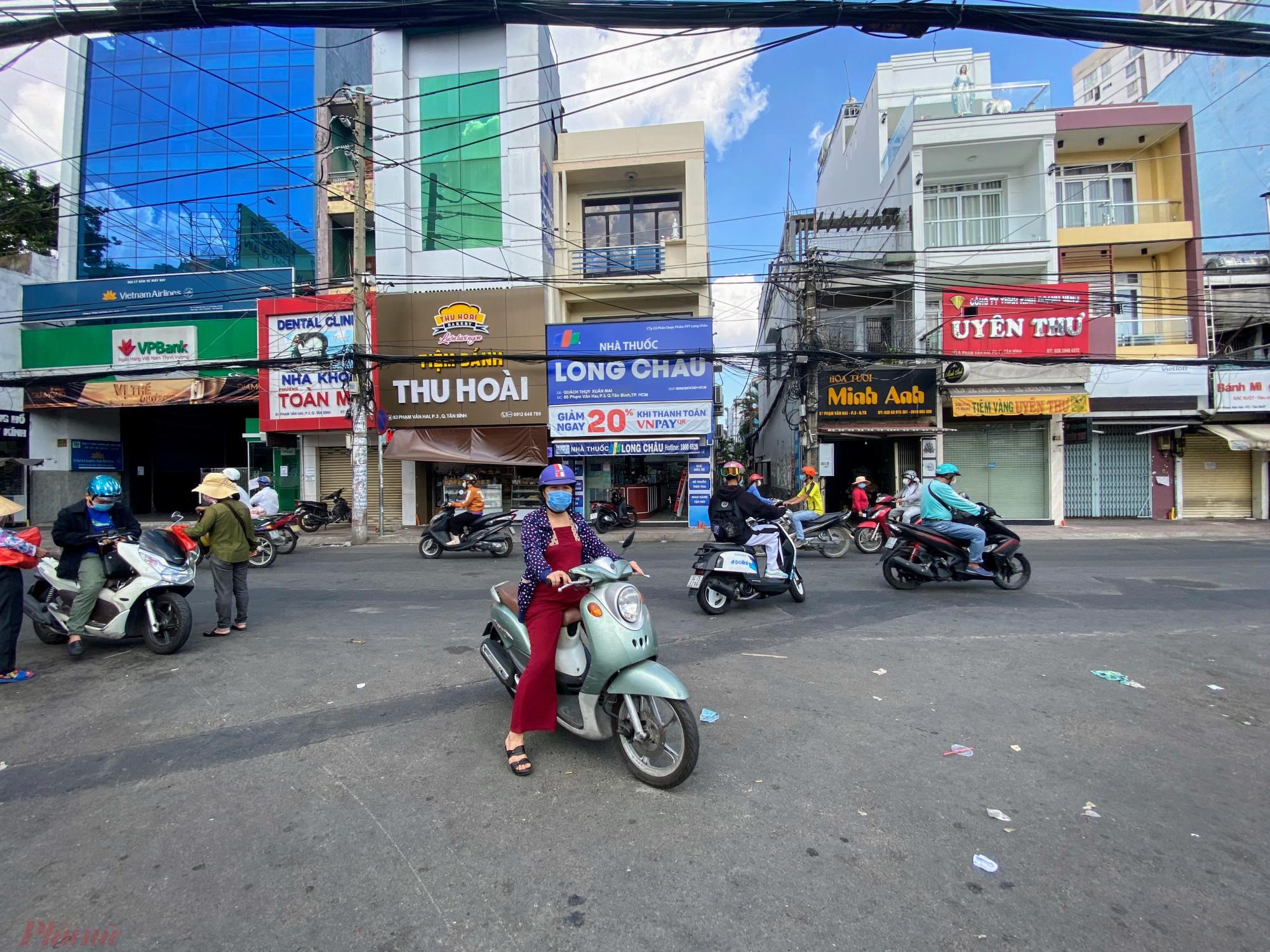 Một  số  người  dân  quen  đi chợ, mua  hàng  chưa  biết thông tin phong toả tỏ ra khá bất ngờ, tìm  kiếm  một  khu  chợợ, siêu  thị  khác lân cậnn.